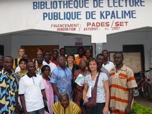 Animateurs et volontaires devant la bibliothèque municipale de Kpalimé. En bleu au centre, Koffi Degboevi, président de L.I.R.E.